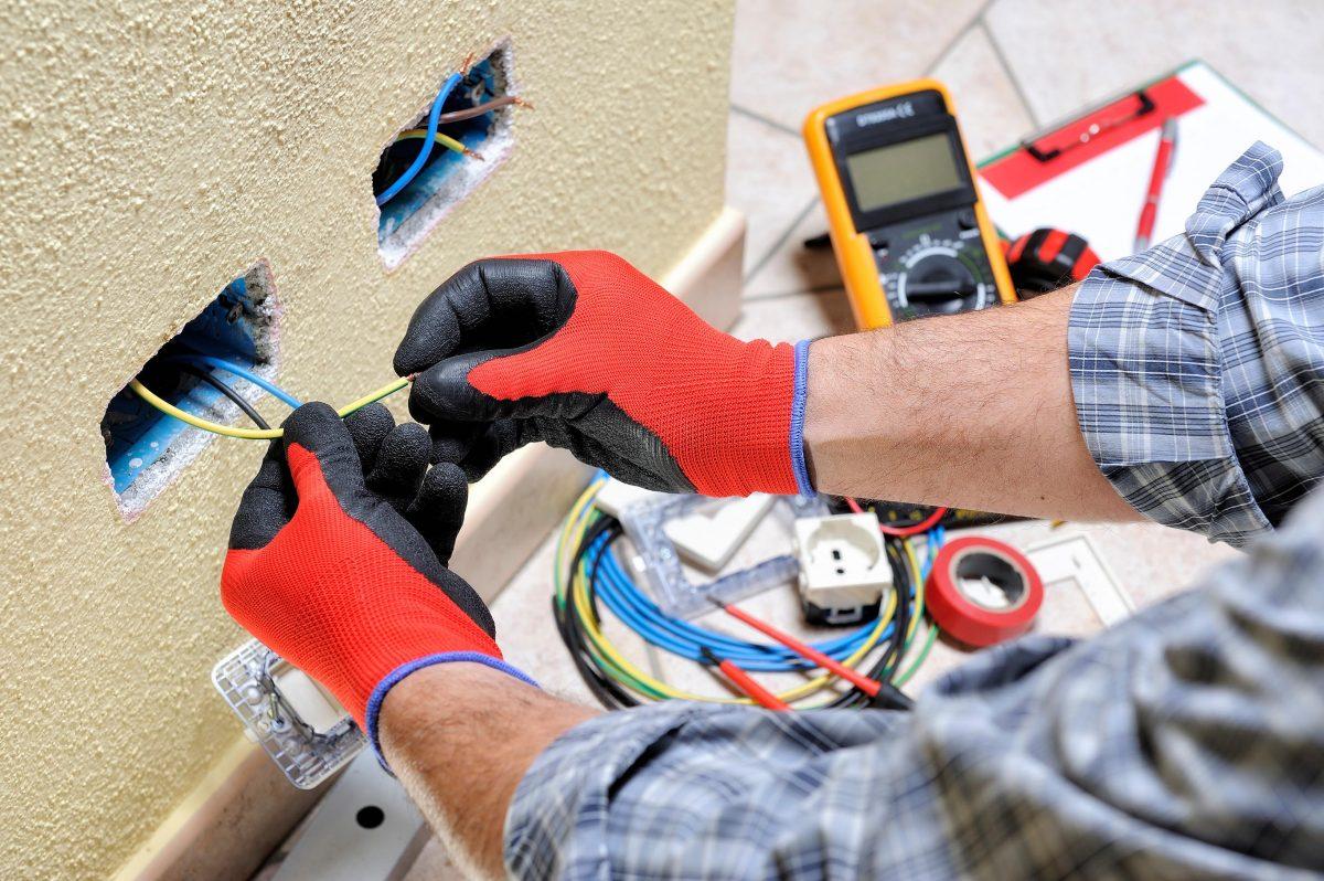 De ce să alegem un electrician autorizat ANRE pentru lucrări în casă?